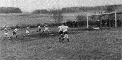 Spielszene auf dem alten Fußballplatz (Blickrichtung Flammried)